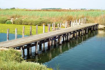 Passerella in legno nella laguna