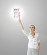 Femme touchant une icône pdf