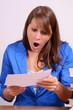 sekretärin im büro beim lesen von brief