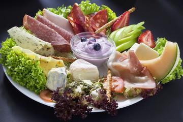 Wurst  und Käseteller mit Obst