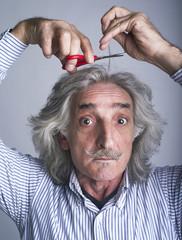 Tagliando una ciocca di capelli