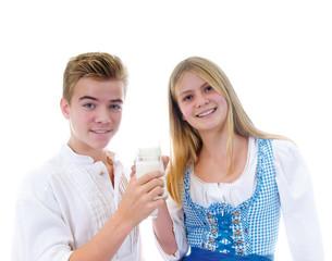 Zwei Jugendliche in Tracht trinken gesunde Milch