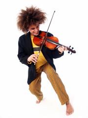 Particular hombre estilo afro tocando un violín.