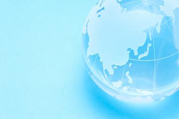 青色の背景に地球儀のアップ
