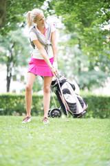 Frau beim Golf spielen