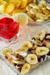 Aperitivo con frutta disidratata e salatini