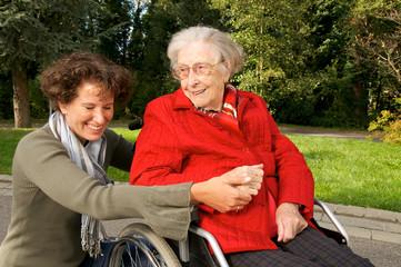 Betreute Seniorin im Rollstuhl