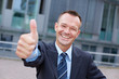 Erfolgreicher Manager hält Daumen hoch