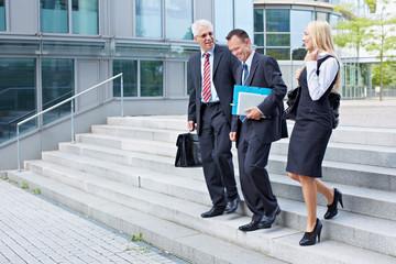 Geschäftsleute gehen Treppe herab