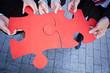 Hände halten Puzzleteile