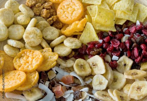 Vassoio con salatini e frutta disidratata