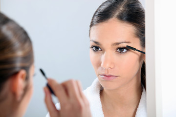 Brunette applying eye make-up