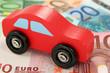 Rotes Holzauto auf Euroscheinen 03