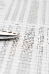 Börsenkurse in Tageszeitung mit Kugelschreiber