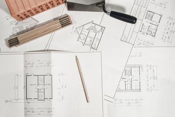 Bauplan Eigenheim mit Bauutensilien