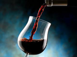 bottiglia versa vino rosso nel bicchiere