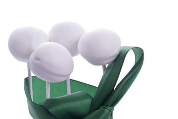 Cakepops mit grünem Band
