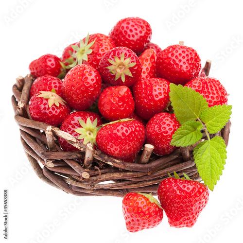 Viele Erdbeeren in einem Körbchen auf weißem Hintergrund