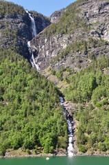 Mit der Fähre durch den Naeroyfjord mit Wasserfall, Norwegen