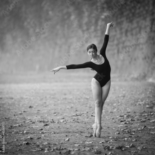 mlody-piekny-balerina-taniec-w-tevere-riverside-w-rzym