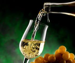 vino bianco scorre nel calice