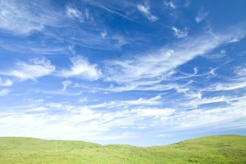 青空と草原の丘