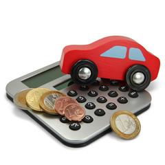 Rotes Holzauto mit Taschenrechner und Münzen