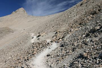 Chemin montant au sommet du Mont Pelat