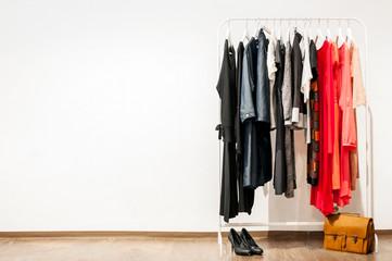 gefüllter Kleiderständer