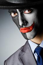 Biznesmen z farbą twarz klauna