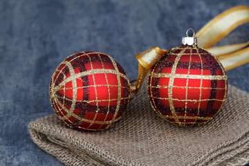Zwei rote Weihnachtskugeln