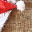 glänzende Weihnachtsmütze auf Jute