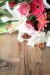Blumenstrauß auf Holz Hochformat
