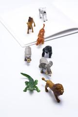 開いた本とミニチュアの動物たち