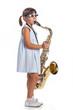 Bambina suona il sassofono