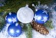 Christbaumkugeln in blau und weiß mit Tannenzweig
