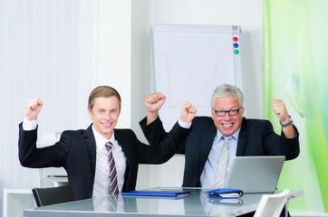 erfolgreiche manager jubeln