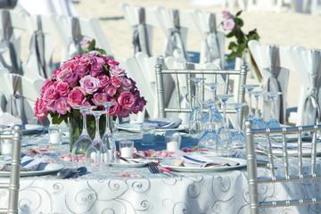 Tavolo allestito con rose per matrimonio