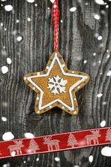 Stern auf Holz mit Schnee und Schleifenband
