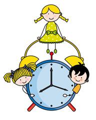 Niños con un reloj despertador