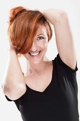 Wunderschöne Frau mit roten Haaren