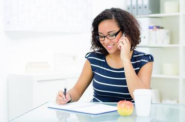 auszubildende im büro telefoniert