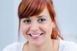 portrait einer glücklichen rothaarigen jungen frau