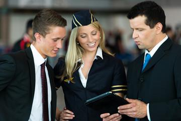 Flughafenangestellte besprechen etwas am Tablet