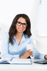 freundliche geschäftsfrau am computer