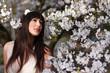 brünette junge frau mit kirschblütenzweige