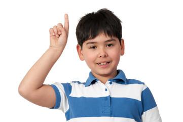 kind gibt einen hinweis mit dem finger