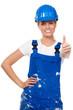 motivierende bauarbeiterin mit blauem schutzhelm