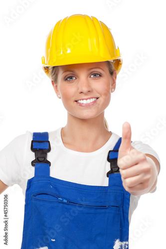 motivierte arbeiterin mit schutzhelm