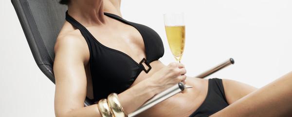 Sonnen im Liegestuhl mit Champagner